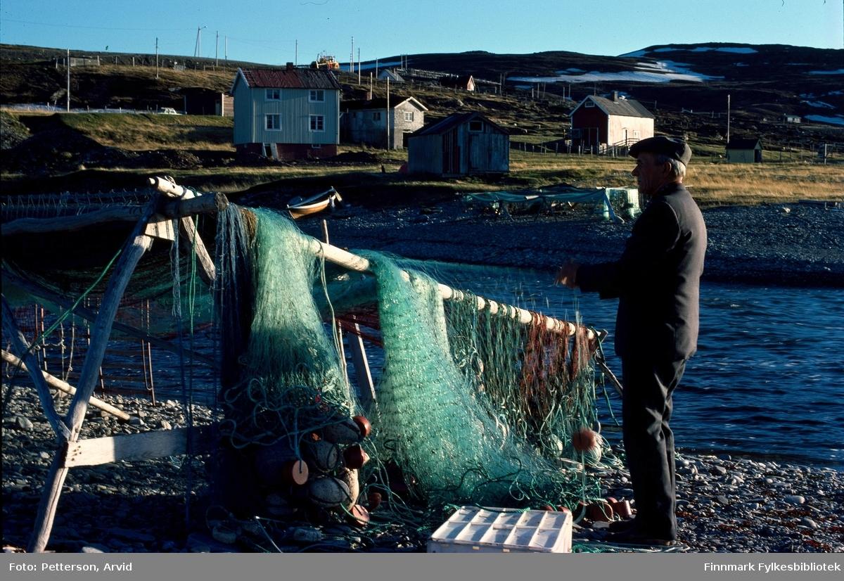 Laksefisker ser til laksebruket. Bildet er tatt på 1970-tallet.