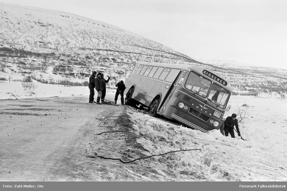 Busshavari mellom Vadsø og Kirkenes, muligens i Nord-Varanger. Bildet er tatt  15.2.1967.