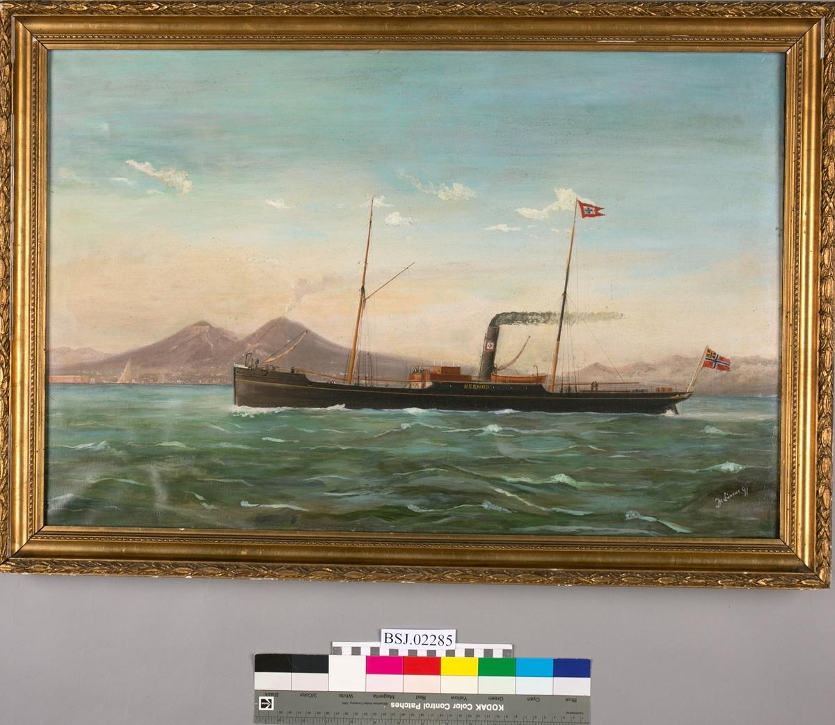 Skipsportrett av dampskipet HERMOD under fart uten seilføring. Trolig utenfor Napoli med vulkanen Vesau i bakgrunnen. Unionsflagg akter.