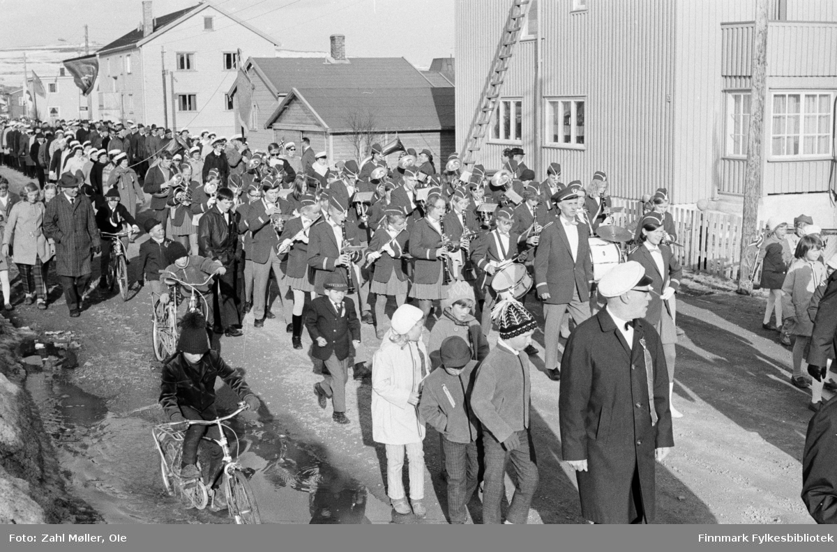 Vadsø 17.5.1969. Fotoserie av Vadsø-fotografen Ole Zahl-Mölö. Sangen og Musikkens dag i Vadsø. Musikkorpset og sangforeningen paraderer i gatene.