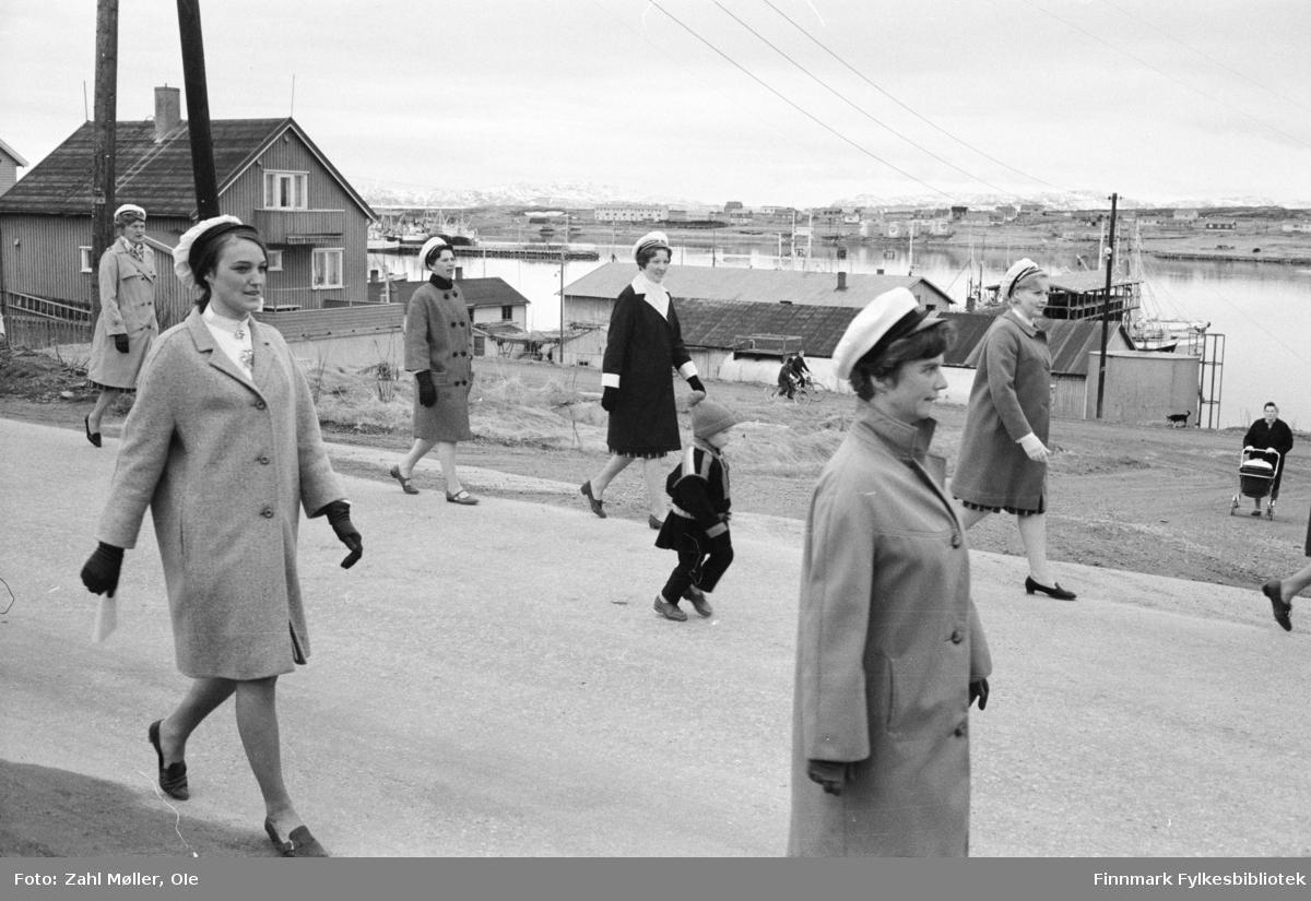 Vadsø 1968, Sangen og Musikkens Dag. Sangere går i prosesjon. Barna følger etter.