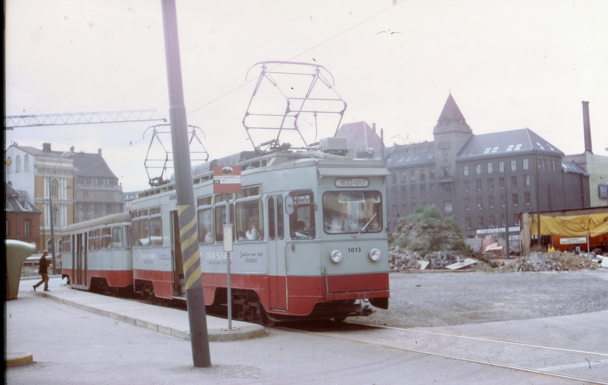 Ekebergbanetog sporvogn 1013 med tilhenger 1049 i midlertidig sporsløyfe ved Jernbanetorget grunnet gravearbeid for å framføre ny jernbanetunnel under Oslo.