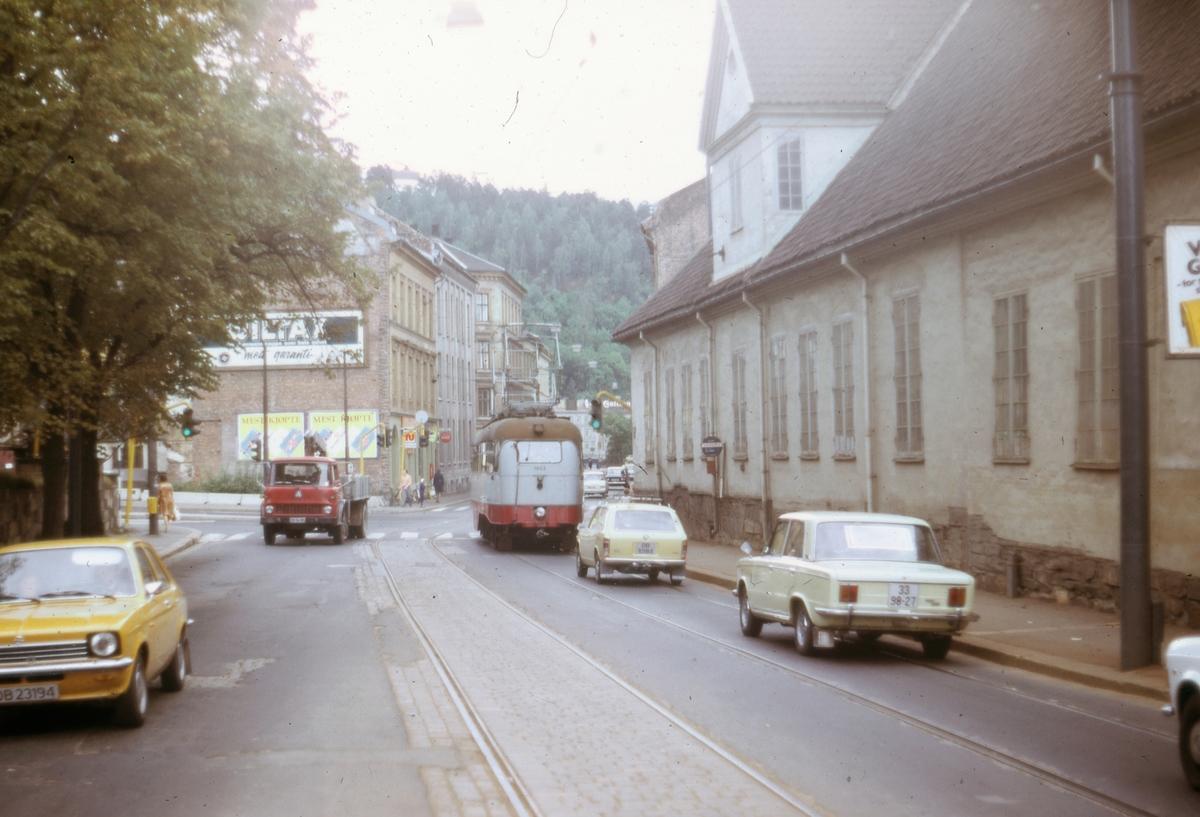 Ekebergbanens sporvogn 1023 i Oslogate ved Bispegården.