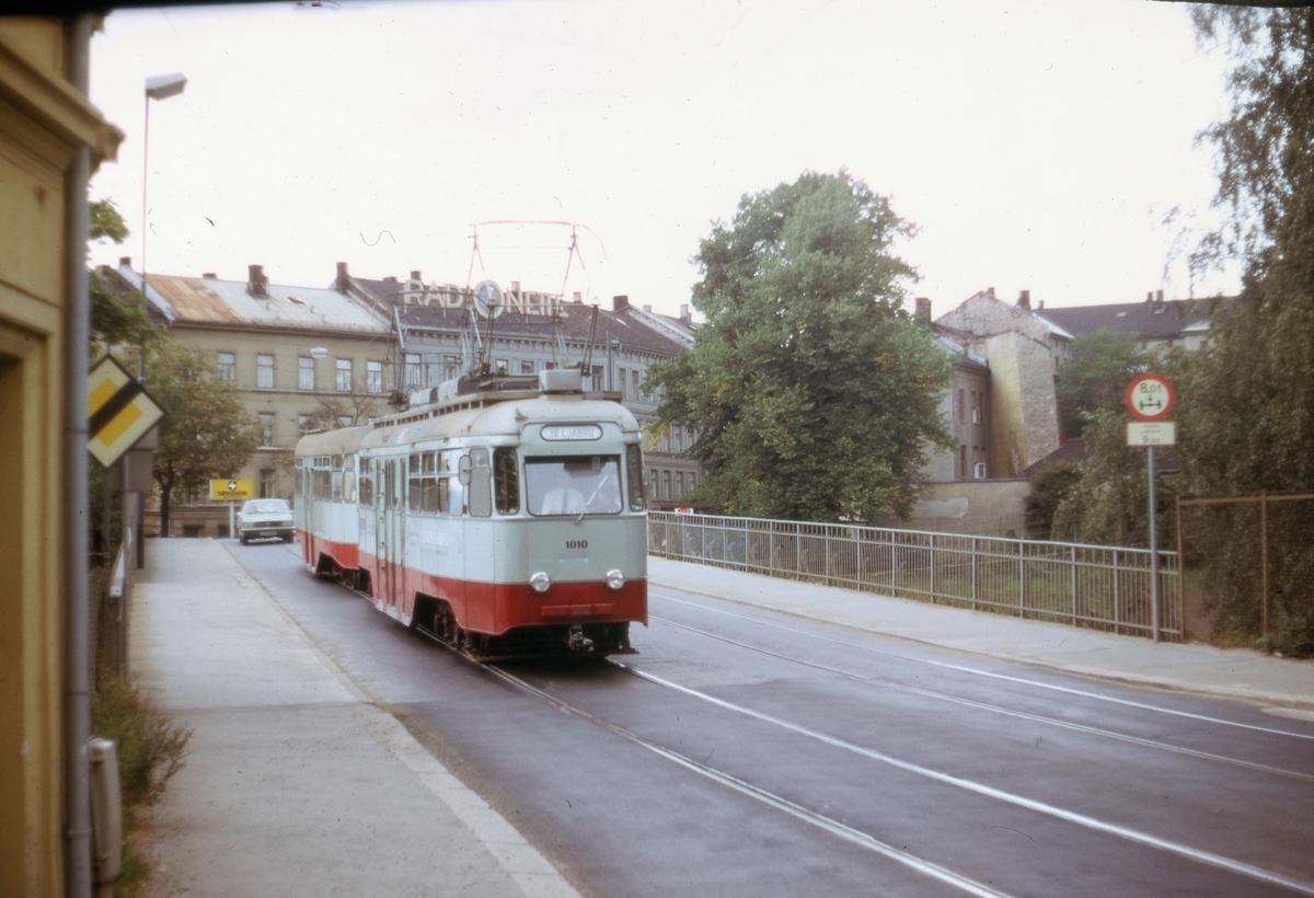 Ekebergbanens sporvogn 1010 med tilhenger ved Geitabru, Oslogate.