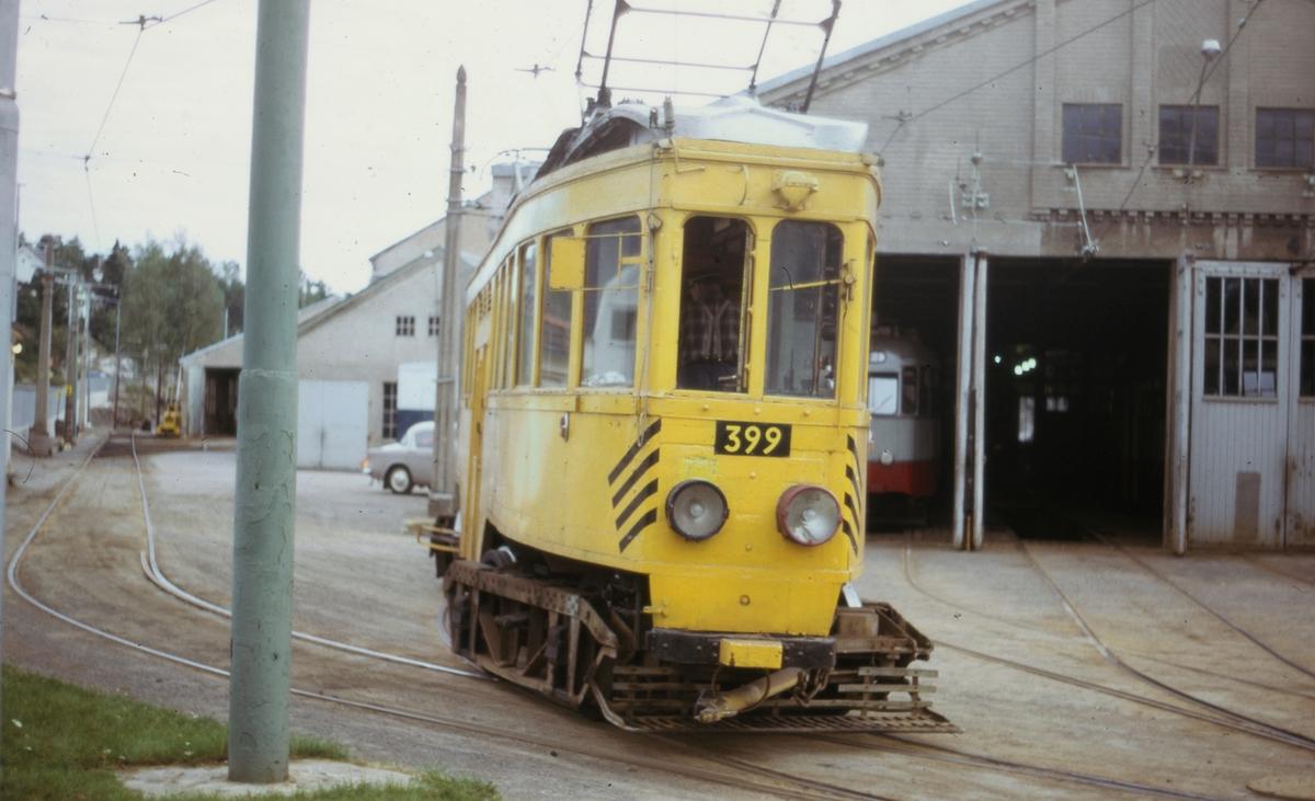 Ekebergbanens arbeidsvogn 399 utenfor verkstedet på Holtet.