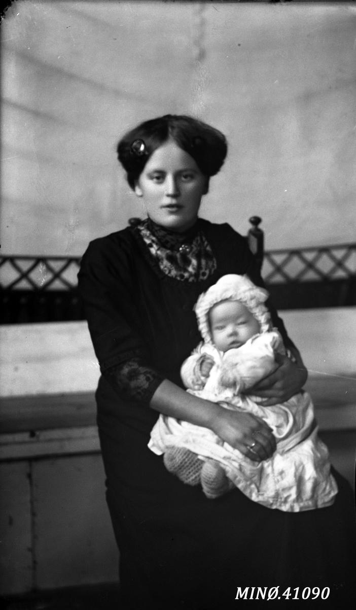 Portrett av ung kvinne med et lite barn på fanget - fru Stuedal