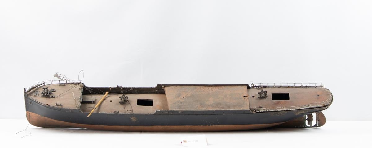 Helmodell av ukjent lastedampskip. Modellen har aldri blitt ferdigbygget og består bare av skrog og dekk, samt ankervinsj og to vinsjer. Skroget har brønn i forskipet og 3 luker.