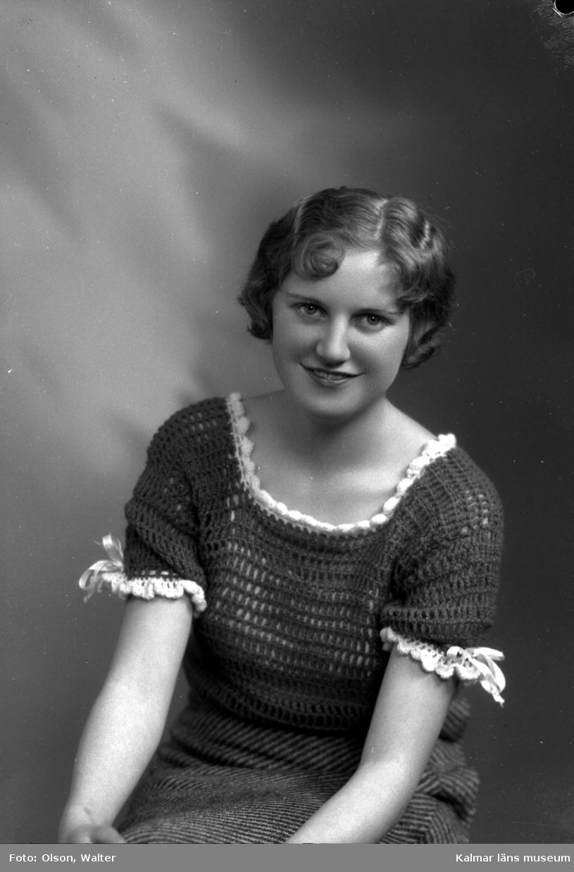 Ateljébild på en kvinna i jumper. Enligt Walter Olsons journal är bilden beställd av Elsa Skogh ifrån Centrum (biografen) på Larmgatan i Kalmar. Pass.