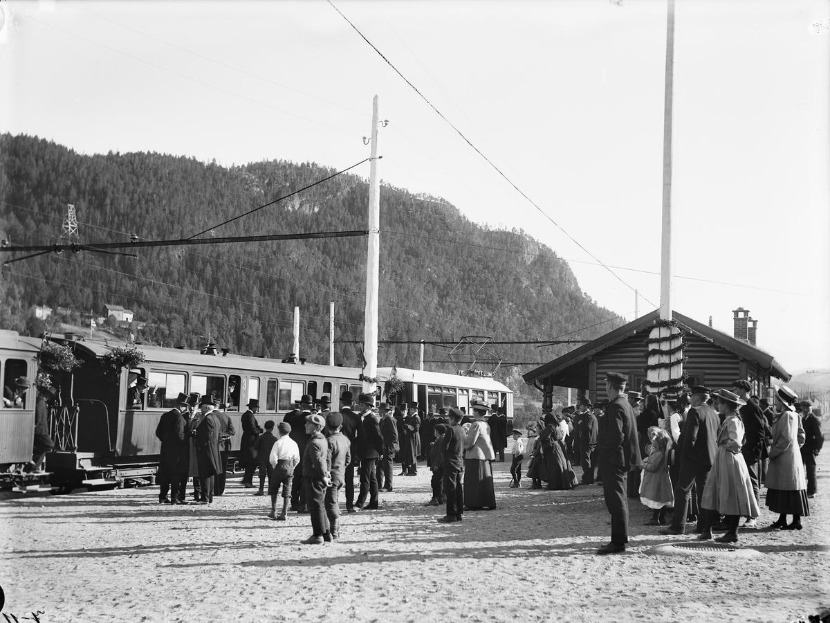 Åpningen av Løkkenbanen. Festkledde mennesker samlet på Løkken stasjon