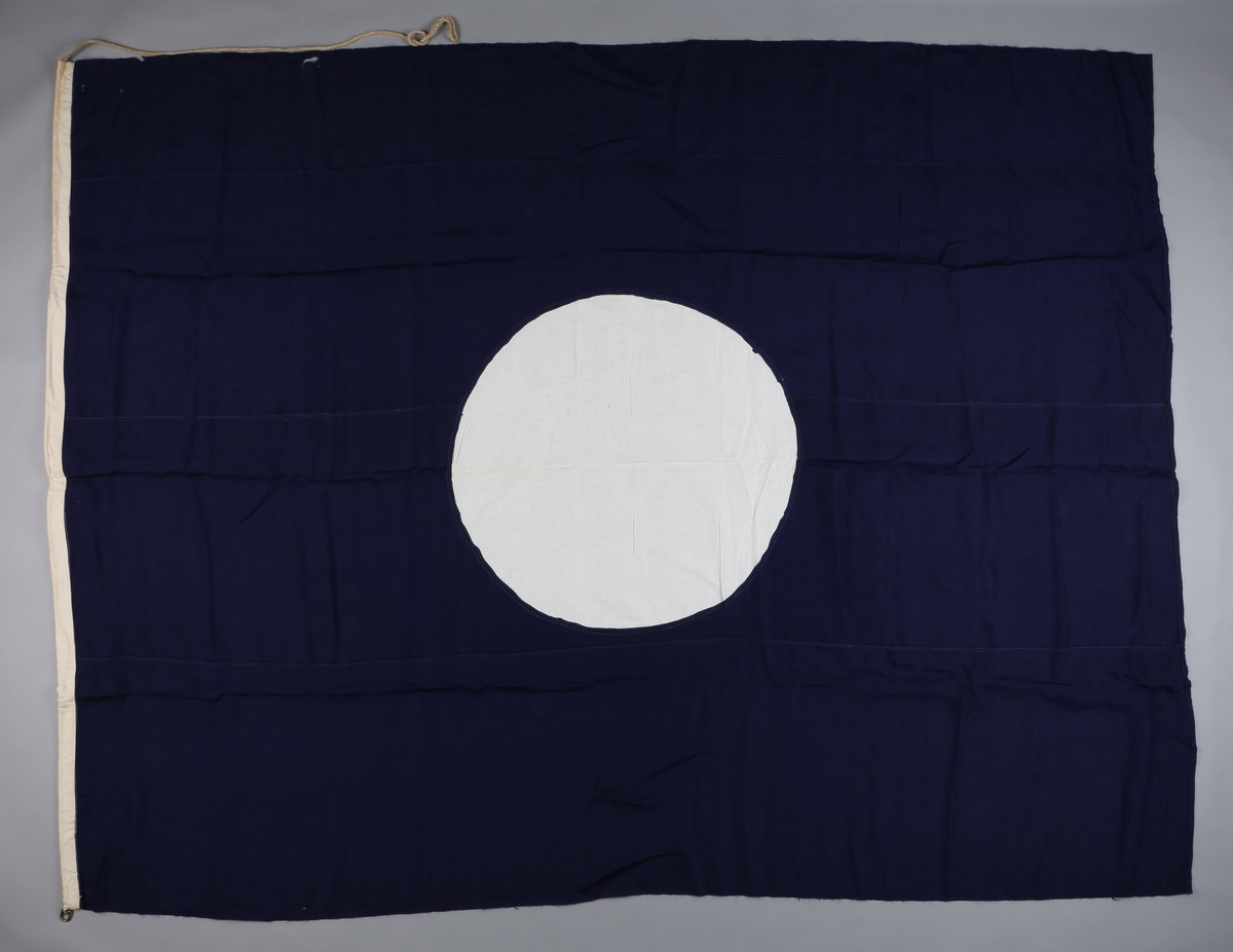 Rederiflagg for rederiet O. Grolle Olsen & Hysing Olsens Rederi AS. Blå bunn og rund hvit sirkel i midten.