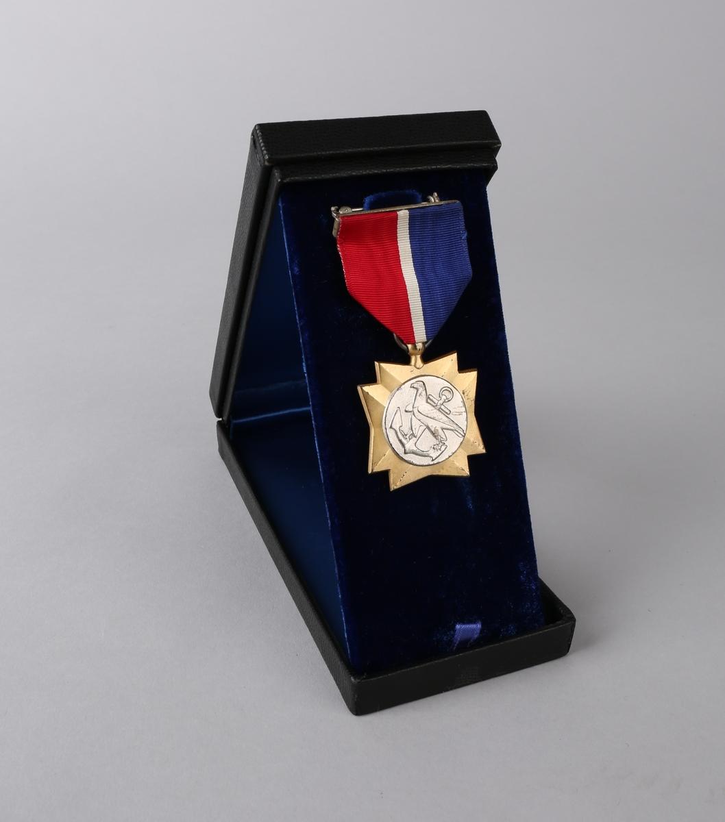 """Medaljens forside viser en ørn og et anker. Baksiden har  en fakkel oginskripsjonen """"United Statees Merchant Marine"""""""