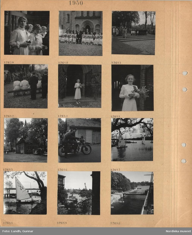 Motiv: Interiör kyrka, kvinnliga konfirmander klädda i vitt med böcker i händerna, gruppbild av konfirmandgrupp och präst framför kyrkan, anhöriga står runt omkring, kvinnlig konfirmand i vit klänning med blommor och bok i händerna framför kyrkport, parkerade bilar vid trähus, väntande personer, träd, kvinna och man sitter på en motorcykel, små segelbåtar, brygga med förtöjda båtar, skärgårdsbåt vid Blasieholmskajen, kaj vid Skeppsholmen, landgång till segelfartyget af Chapman.