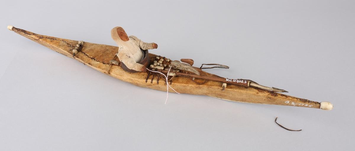 Harpunen ligger klar på kajakken med fangstblæren henger på slep. Padleåren mangler.