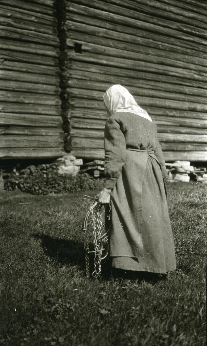 Marte Olsdatter Galaasen (3/7 1841 - 29/6 1927) i Galåsen, Jons (med ryggen til)