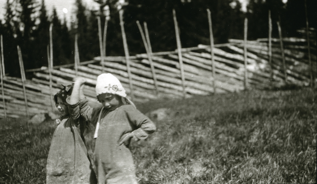 Maalfrid Galaasen (21/2 1914) og Ingebjørg Galaasen (19/5 1915) i Galåsen. Gjerde i bakgrunnen.