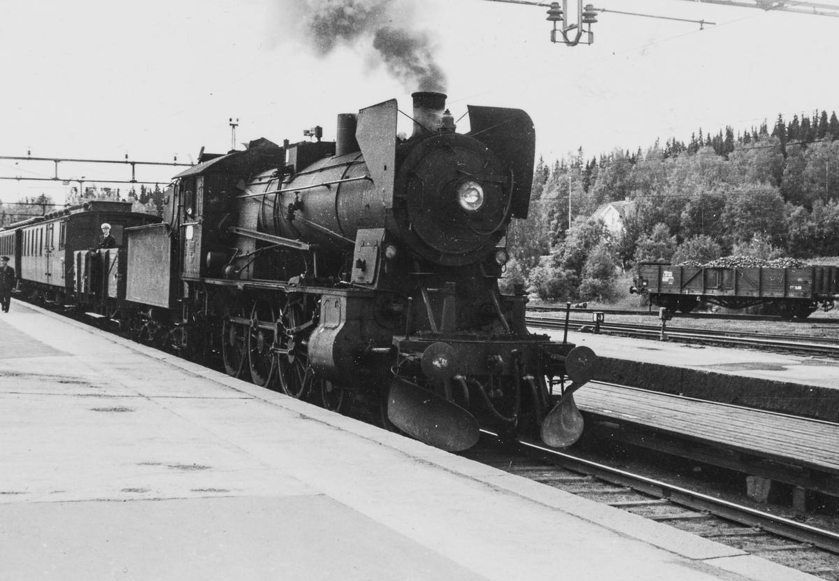 A/L Hølandsbanens veterantog til Skreia avventer avgang fra Eina stasjon. En L4-vogn ble for anledningen utstyrt med benker og benyttet som åpen personvogn.
