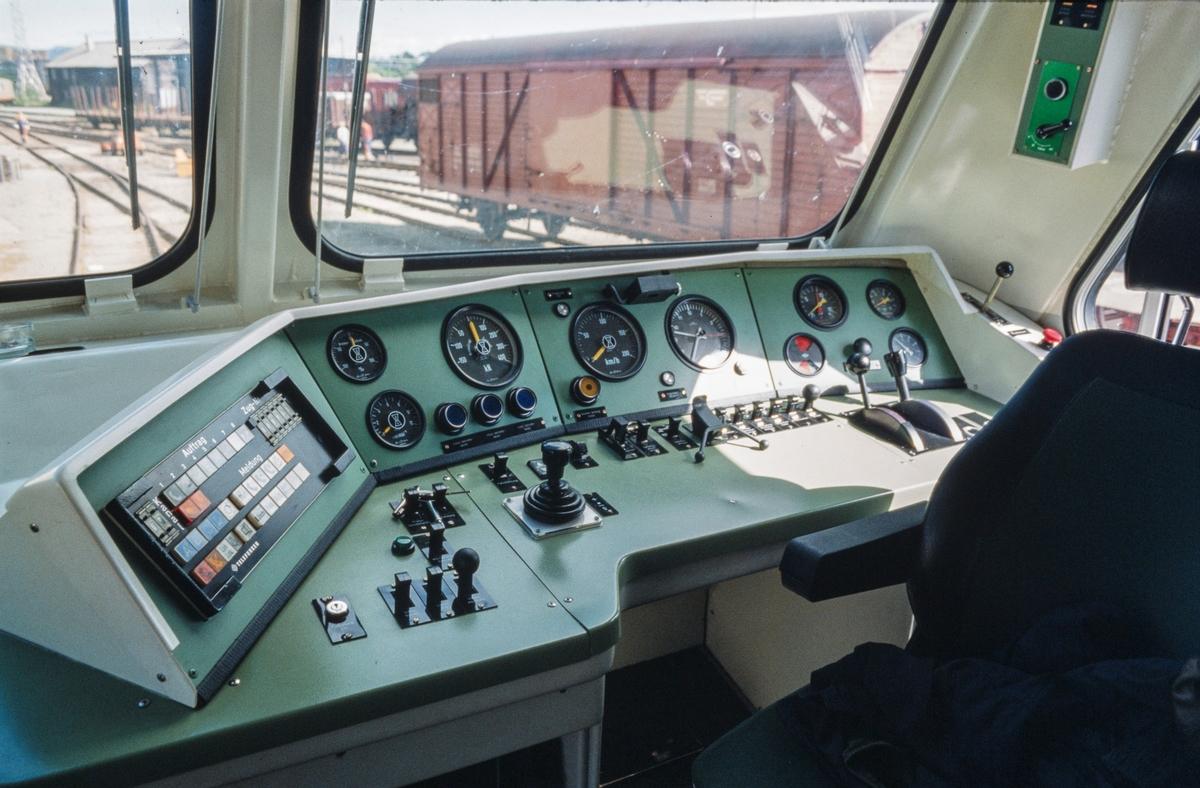 Førerbordet i MaK DE 1024 240.003-4, et tysk diesellokomotiv som var på prøve hos NSB.