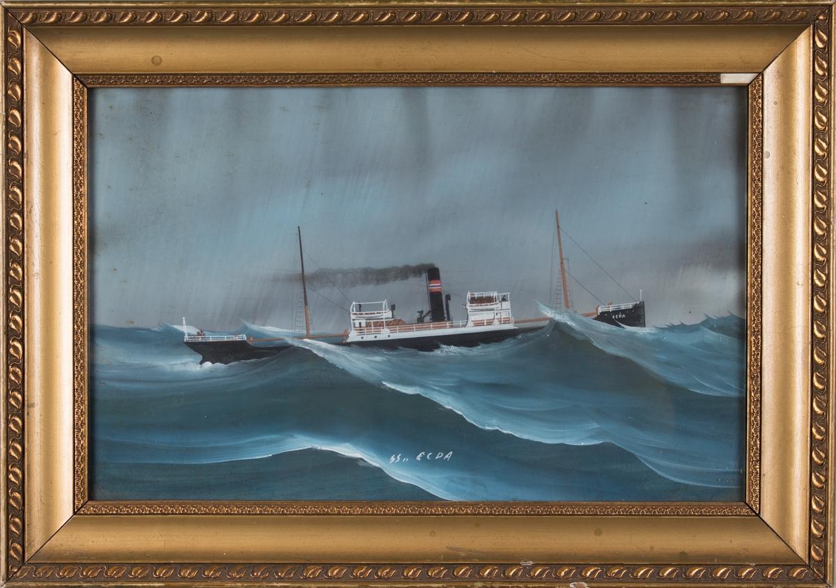 Skipsportrett av DS EGDA i opprørt sjø på åpent hav. Mowinckels skorsteinsmerke.