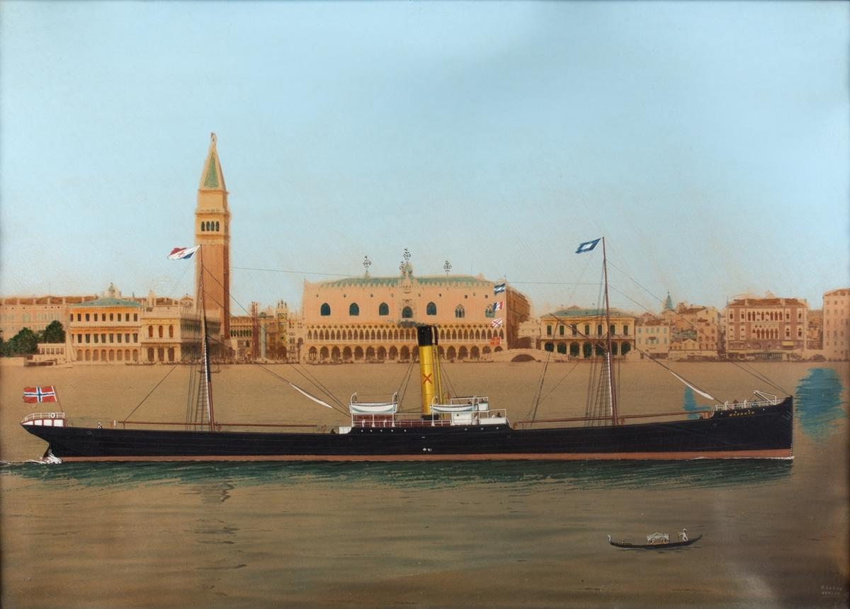 Skipsbilde av DS NORDKYN foran Dogepalasset og Markusplassen i Venezia. Bakgrunnen er håndkolorert fotografi, skipet er malt inn i motivet. Liten gondol i forgrunnen. Norsk flagg i akter, rederiflagg og skorsteinsmerke til Harloff & Bøes rederi.