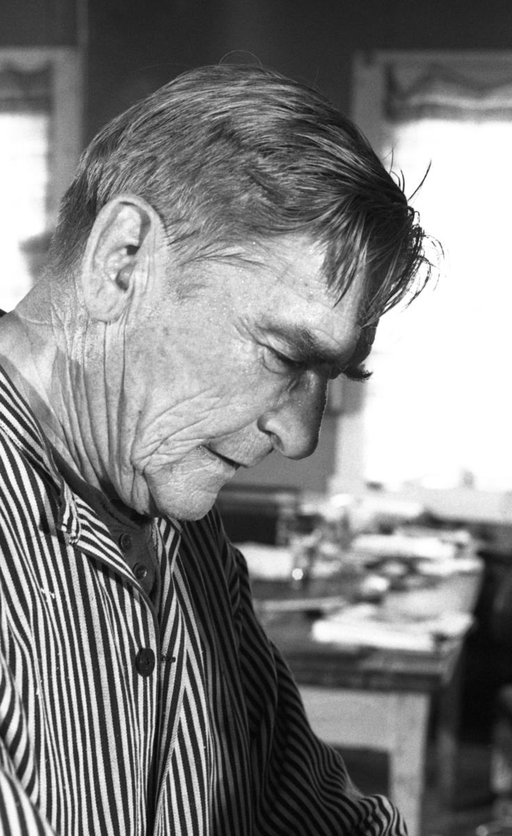 Einar Nilsen ved Nilsens kurvfabrikk