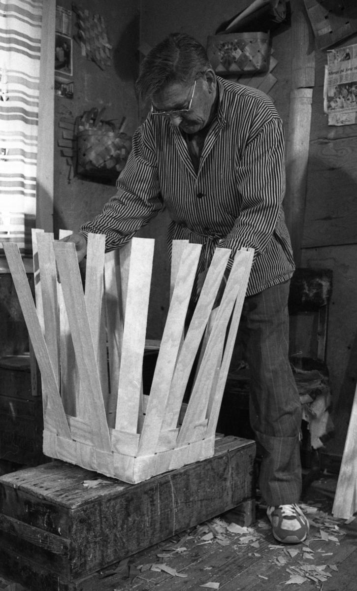 Einar Nilsen fletter finérkurv (til ved) ved Nilsens kurvfabrikk