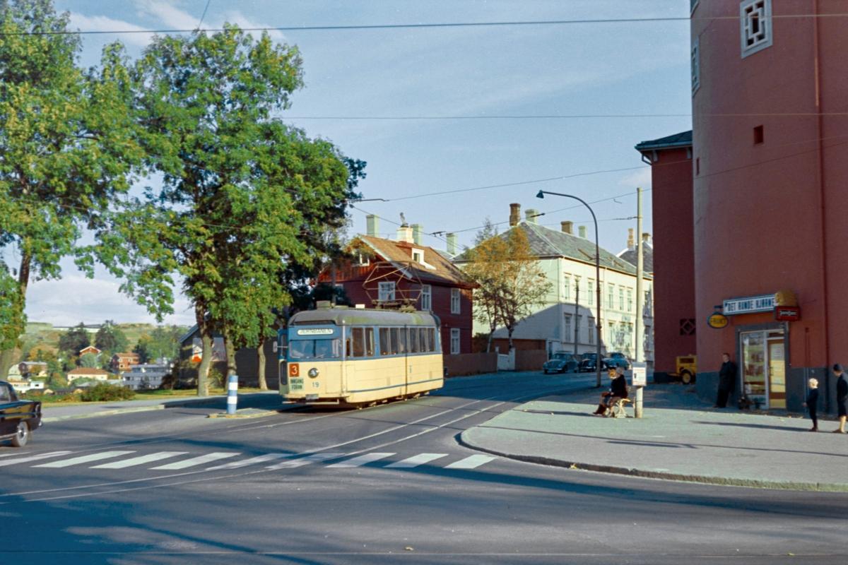 Trikk på linje 3 til Jernbanestasjonen, her ved Studentersamfunnet  Trondheim. Trondheim Sporvei vogn 19.