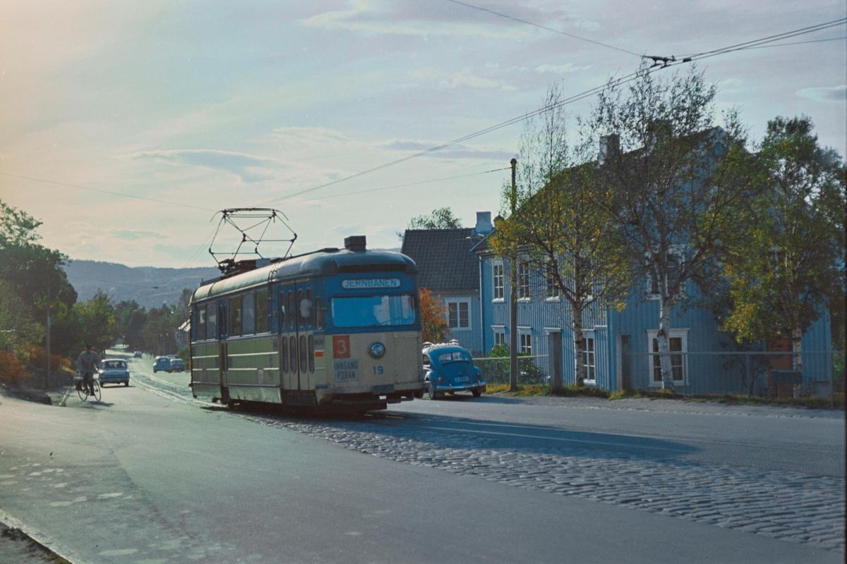 Trikk på linje 3 til Jernbanestasjonen, her i Asbjørnsensgate i Trondheim. Trondheim Sporvei vogn 19.