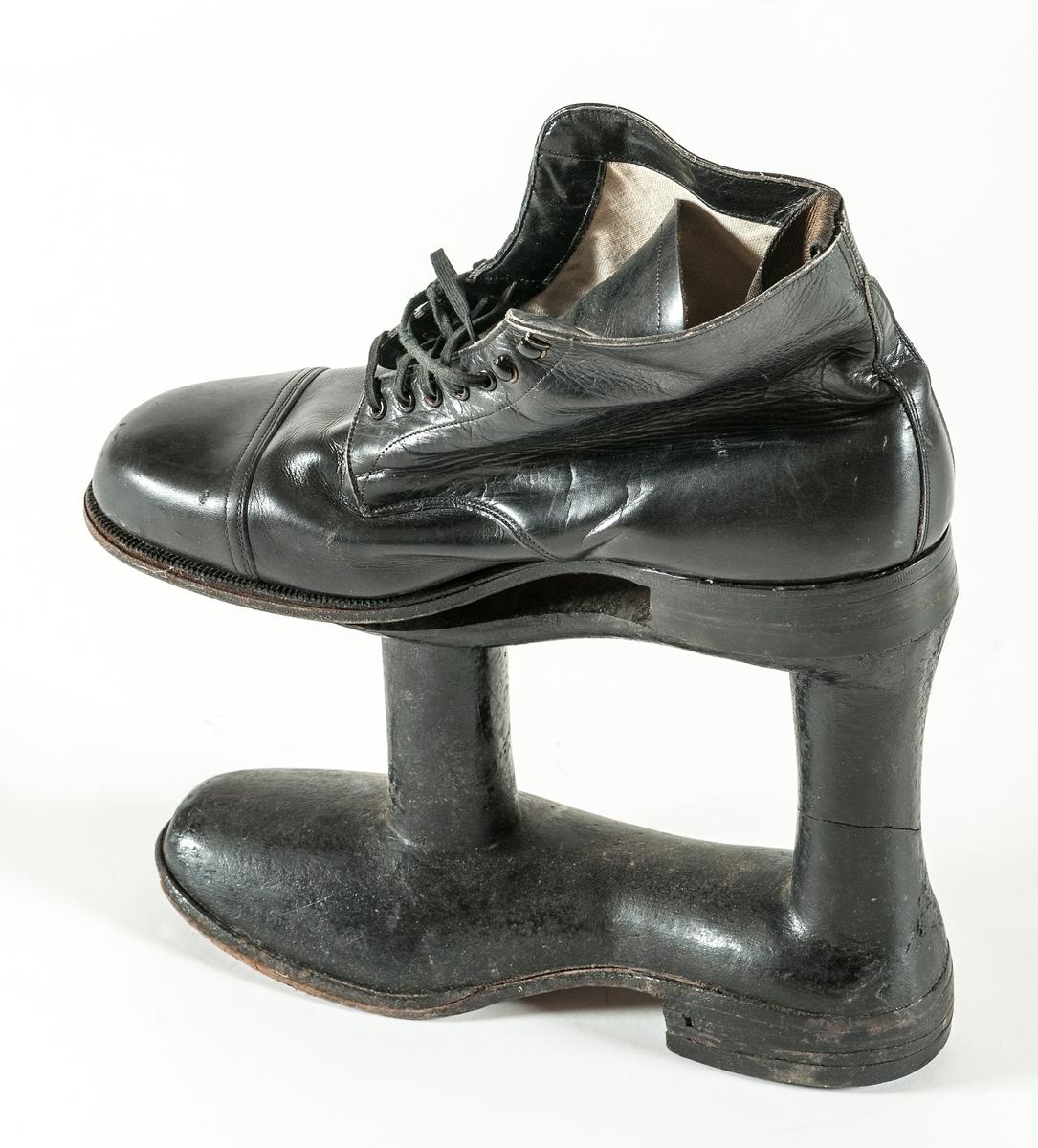 """Sko kallad """"strykjärnet"""". Specialtillverkad för man med ett ben som var kortare än det andra."""