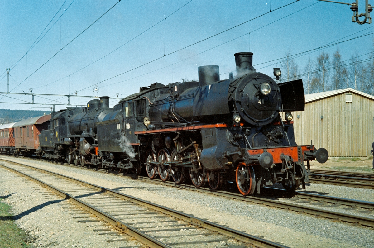 Svenska Järnvägsklubbens veterantog til Norge ankommer Sørumsand stasjon. Toget trekkes av Statens Järnvagars damplokomotiv type B nr. 1314 og NSBs damplokomotiv type 26c nr. 411. .