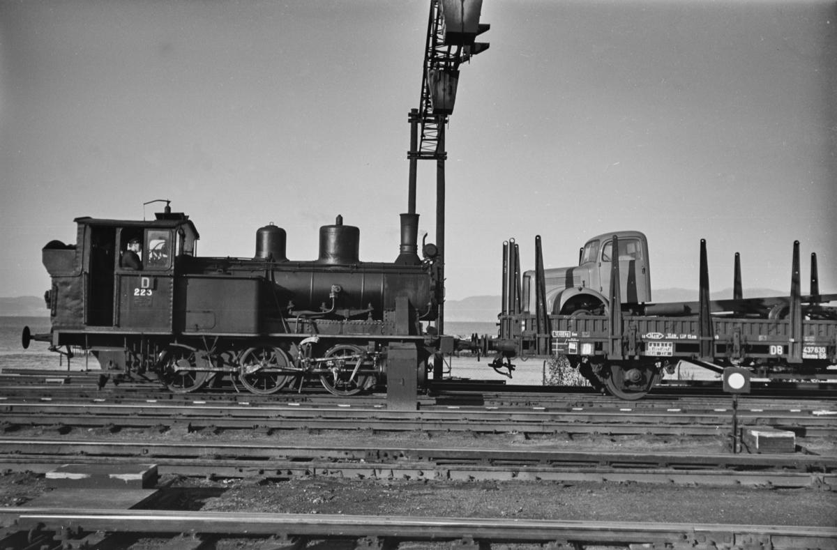 Damplokomotiv type 25a nr. 223 i skiftetjeneste på Trondheim stasjon, her med en tysk godsvogn.
