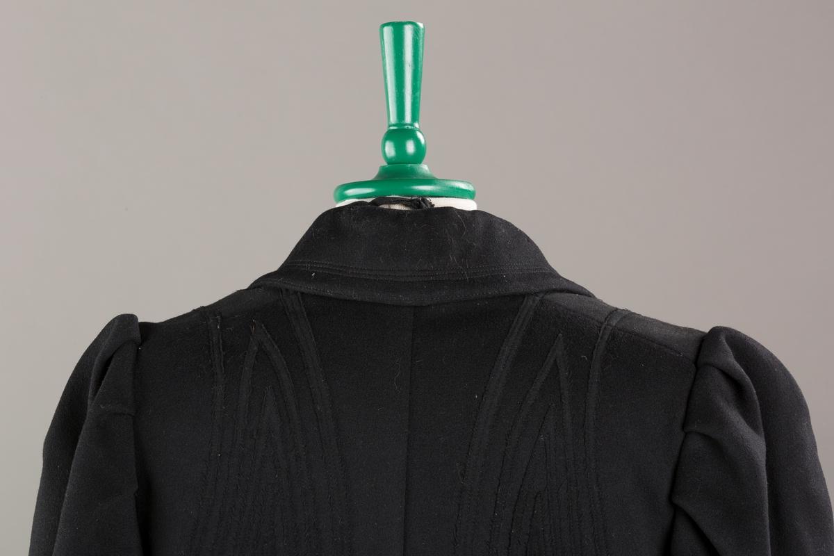 Pyntestikninger på brystet.