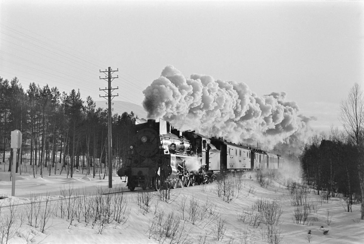 Dagtoget fra Oslo Ø til Trondheim over Røros, tog 301, ved Røstfossen mellom Os og Røros. Toget trekkes av damplokomotiv type 26c nr. 413.