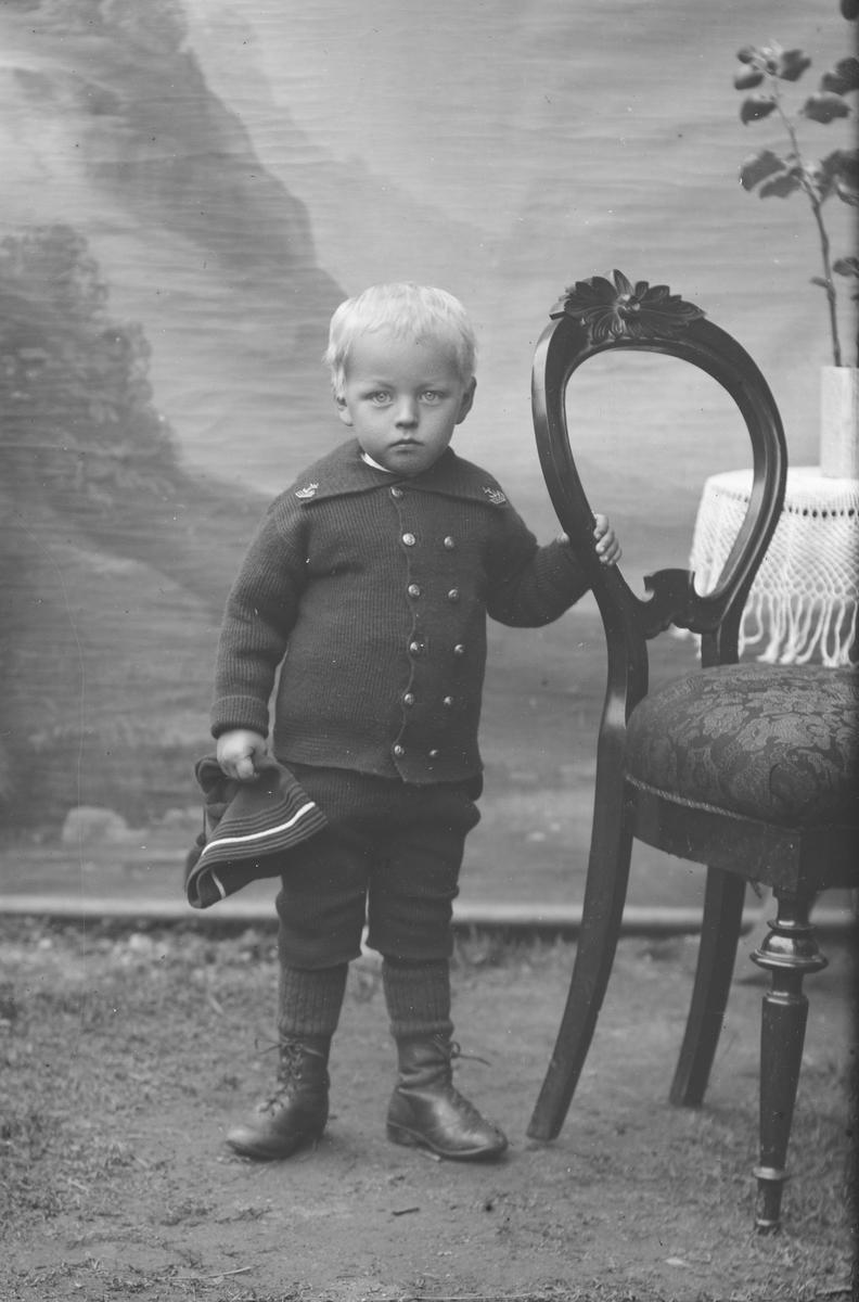 Portrett, helfigur, liten gutt, Olaf Klomstad