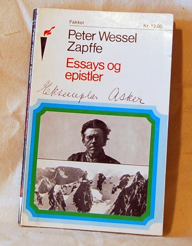 Filosofen Peter Wessel Zapffe og hans kone Berit testamenterte sin eiendom på Båstad i Asker til Universitetet i Oslo. Da det ble besluttet å selge eiendommen i 2009 ble deler av P.W. Zapffes arbeidsrom og andre eiendeler overlatt til Asker Museum. Denne samlingen inngår nå som en permanent utstilling på museet. 2 eks. av boken (A og B) Trykt visittkort fra forlaget ligger inni boken (A)