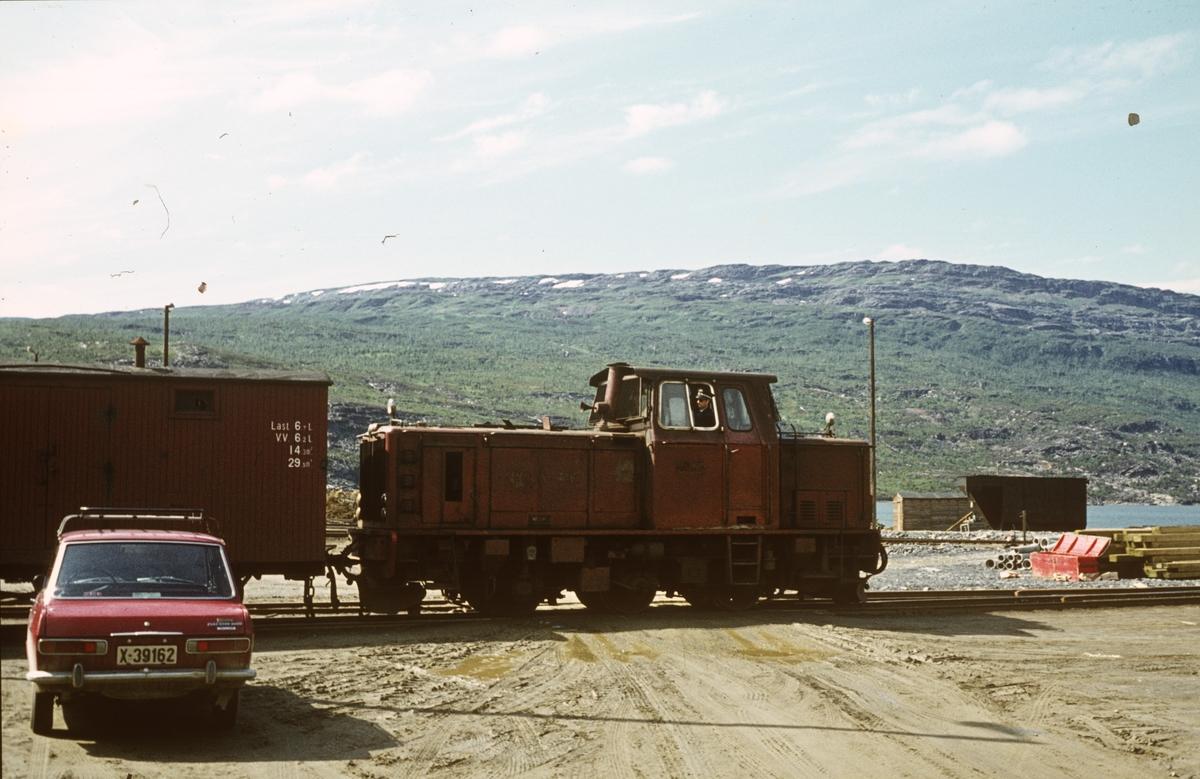 Skifting i Lomi med Sulitjelmabanens diesellok Odin.