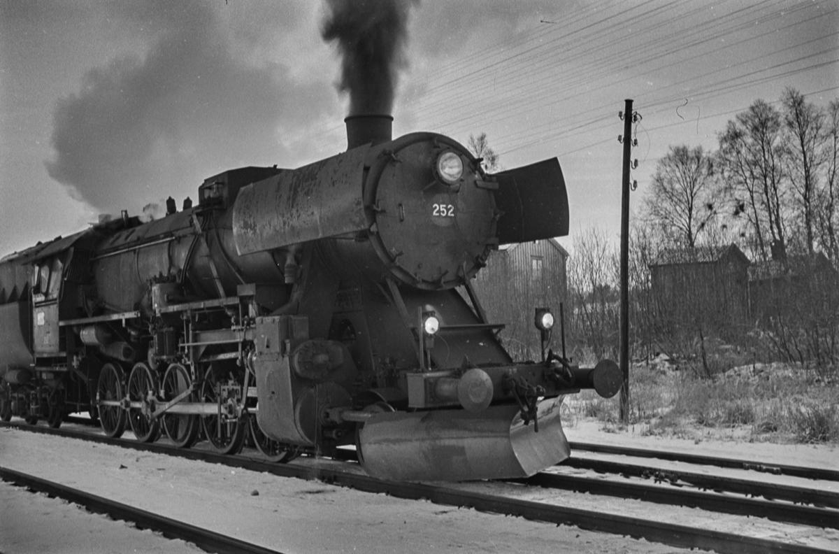 Damplokomotiv type 63a nr. 252 med godstog på Heimdal stasjon.