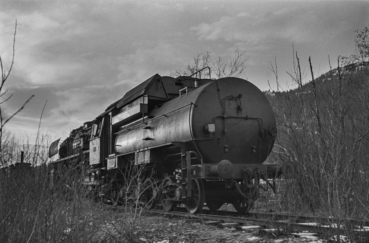 """Damplokomotiv type 49c nr. 470 """"Dovregubben"""" hensatt på et sidespor på Støren stasjon i påvente av overføring til Norsk Jernbanemuseum på Hamar. Tenederen kom fra lokomotiv nr. 471."""
