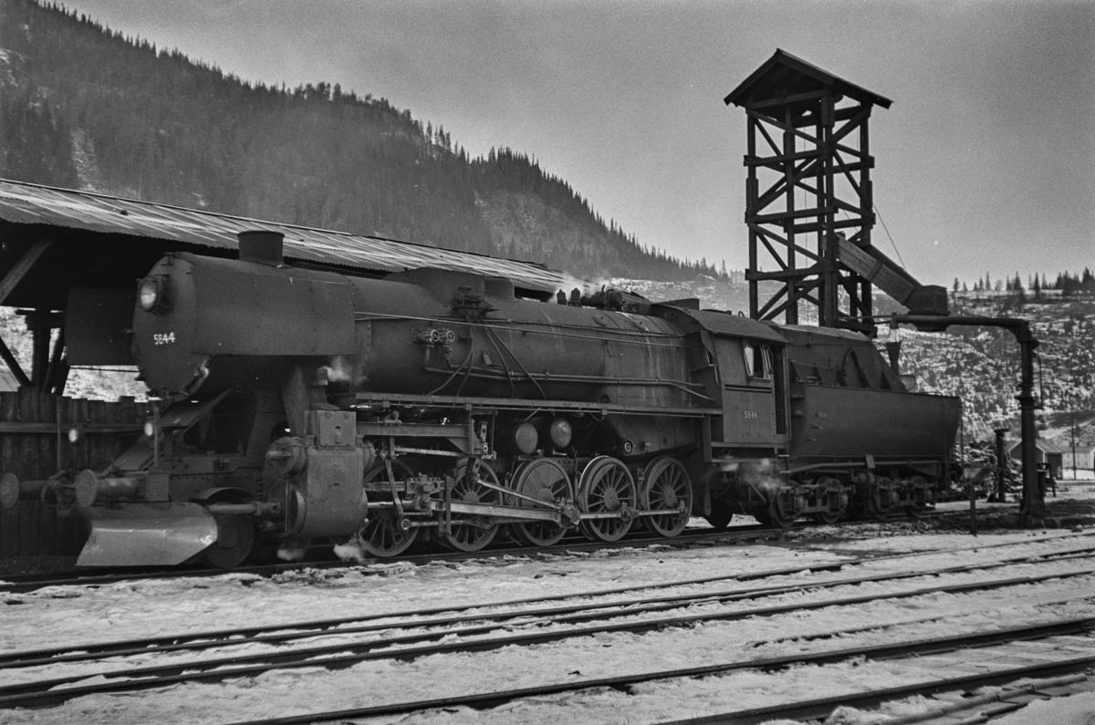 Damplokomotiv type 63a nr. 5844 ved kulldepotet på Støren stasjon.