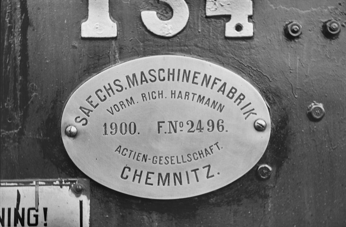 Fabrikkskiltet på damplokomotiv type 18c nr. 134.