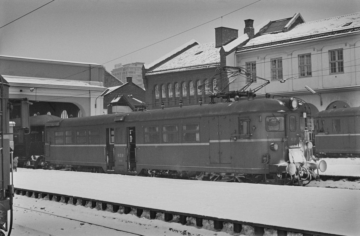 Lokaltog på Oslo Ø. Fremst i toget elektrisk motorvogn BM 65C 52.