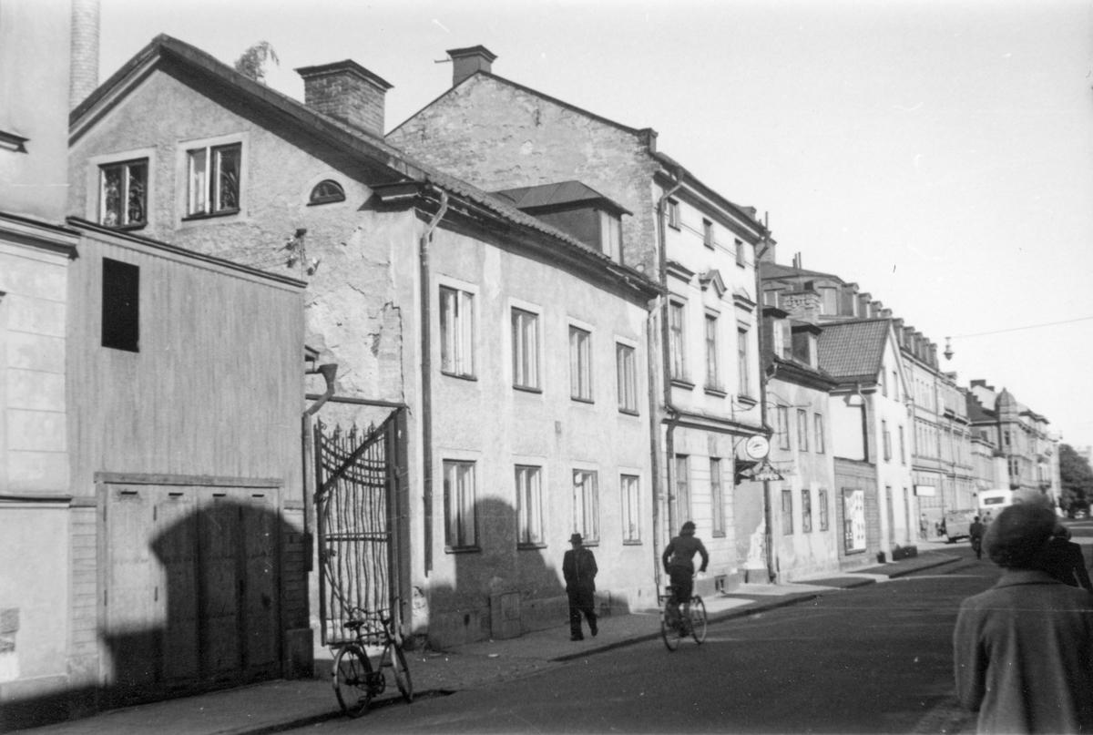 Vy österut längs Repslagaregatans norra sida. Byggnaderna närmast i bild tillhör kvarteret Tunnan. Fotografiet är taget 1953 i samband med rivningsansökan för de främre byggnaderna på Repslagaregatan 23 och 25. Vy mot nordost.