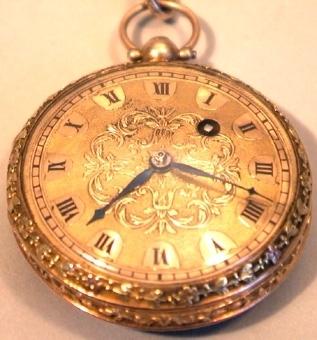 Fickur av guld med ornerad boett, blommor och bladverk i olikfärgat guld. Klockans urverket är tillverkat av mässing med genombruten gravyr på den runda orokloven. Urverket är fjäderdrivet. Urtavlan är tillverkad av en tunn guldplåt med romerska, svarta siffror och ornamentik av blomrankor. En hängkedja av förgylld metall med genombruten blomornamentik tillhör klockan. Den avslutas i en hake.