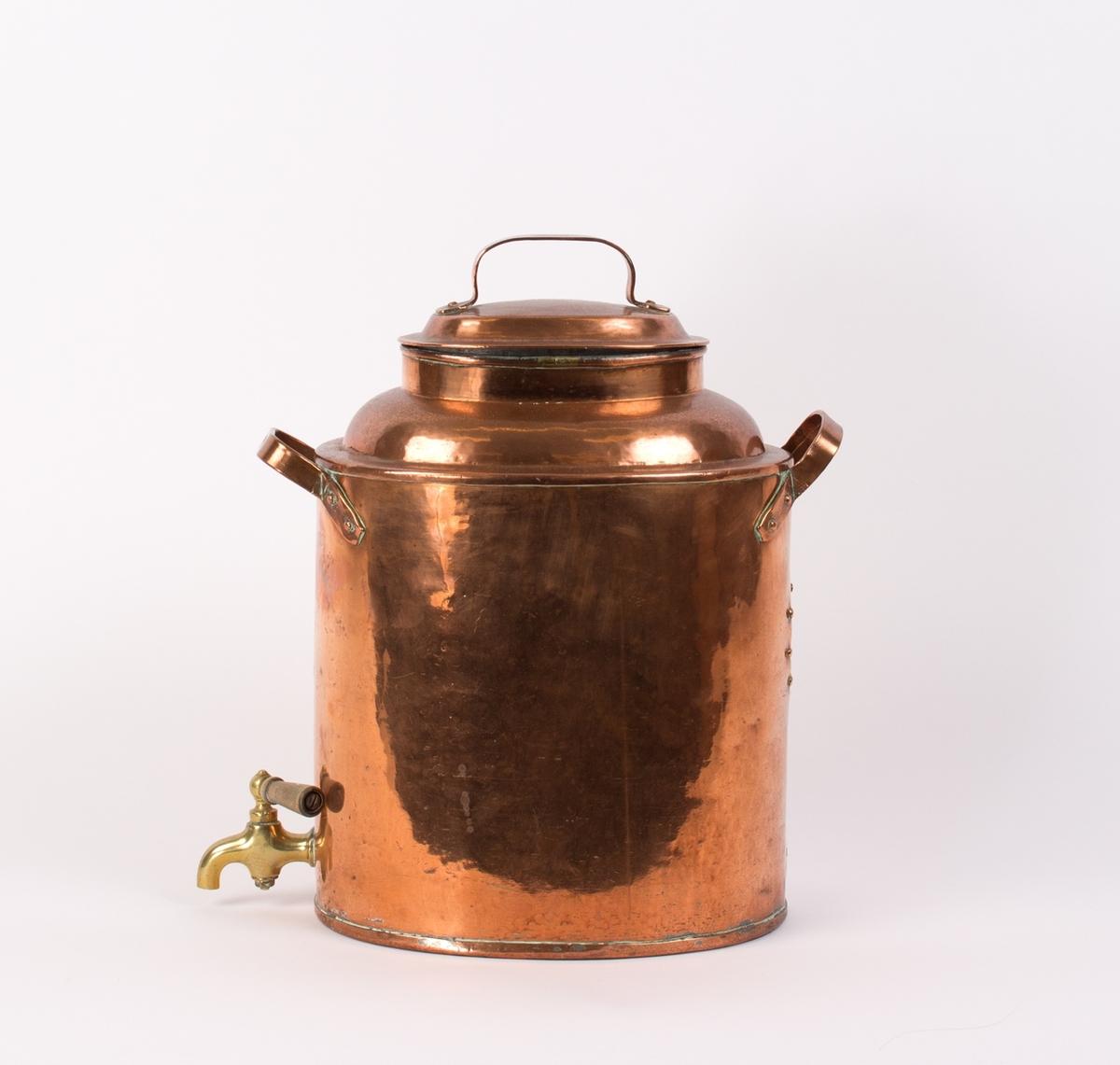 Kaffekoker i kobber med tappekran i front. Oval med lokk på toppen med hank og hank i front og på baksiden.