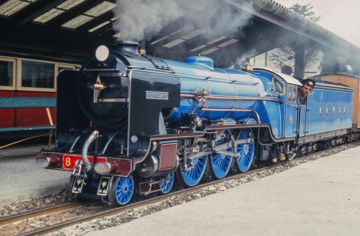 """RH&DR  5 """"Hurricane"""". Banen er vel 20 km. Lang, vel halvparten er dobbelspor. Lokomotivene er halvskalamodeller 1 : 3"""