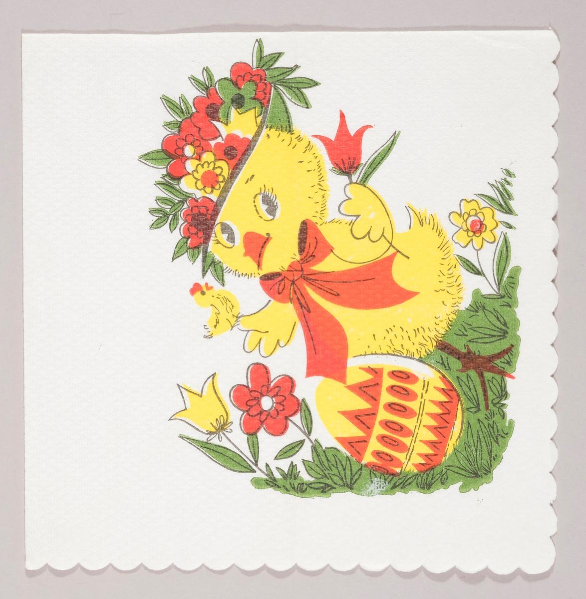 En kylling med blomsterhatt og sløyfe rundt halsen. I hendene har kyllingen en liten hønefigur og en blomst. Kyllingen står på en gresplen med blomster og et dekorert påskeegg.