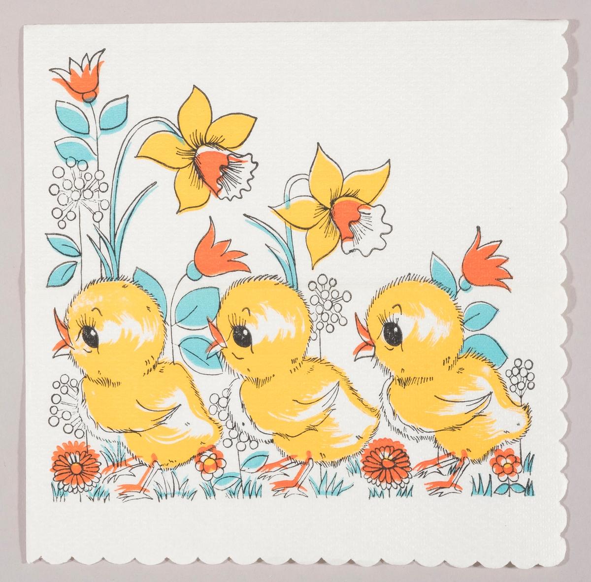 Tre kyllinger på rekke i en blomstereng med store påskeliljer, tulipaner og andre blomster.