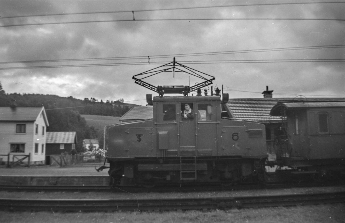 Thamshavnbanens lokomotiv nr. 6 på Svorkmo stasjon.