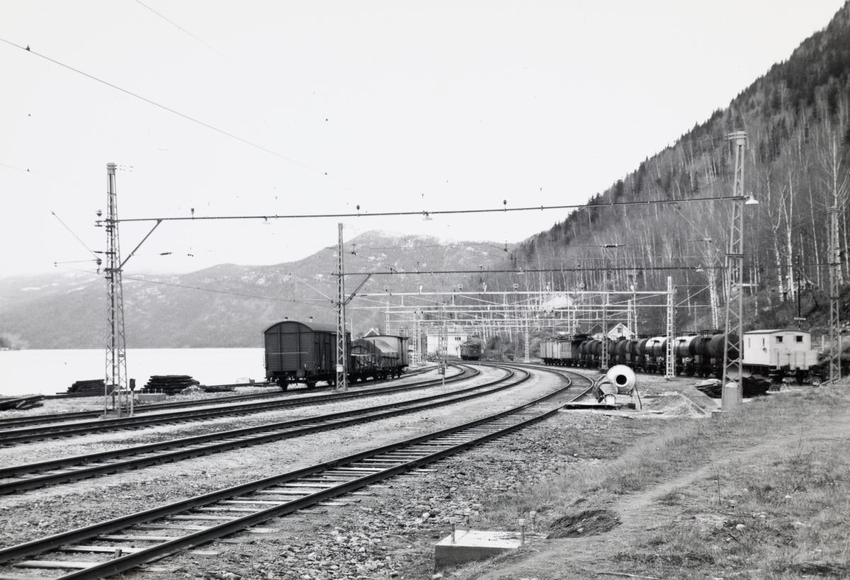 Mæl stasjon på Rjukanbanen. I bakgrunnen Rjukanbanens elektriske lokomtiv nr. 2.