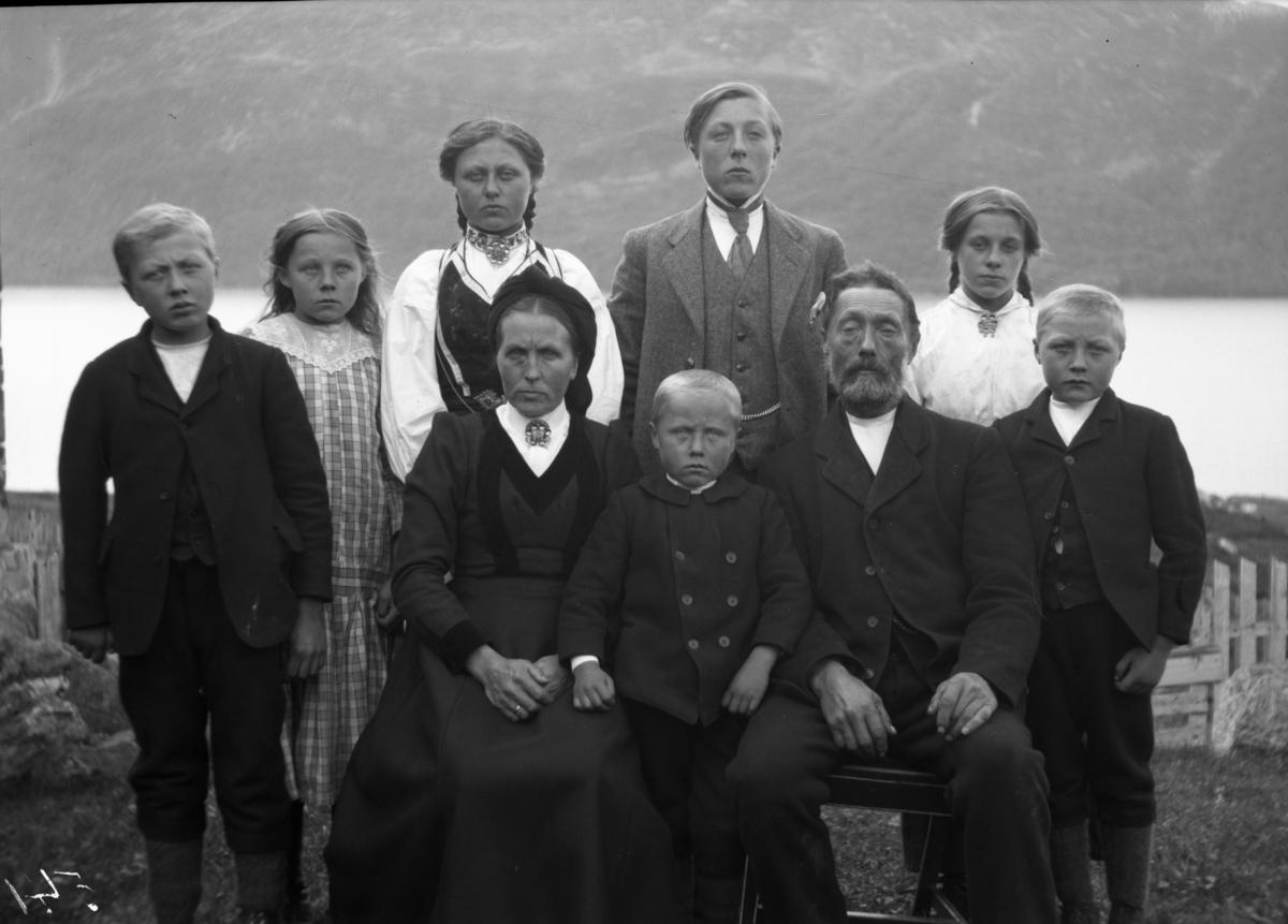 Rikard Berges fotoarkiv. Gruppeportrett. Olav A. Vaa og huslyd, Rauland.