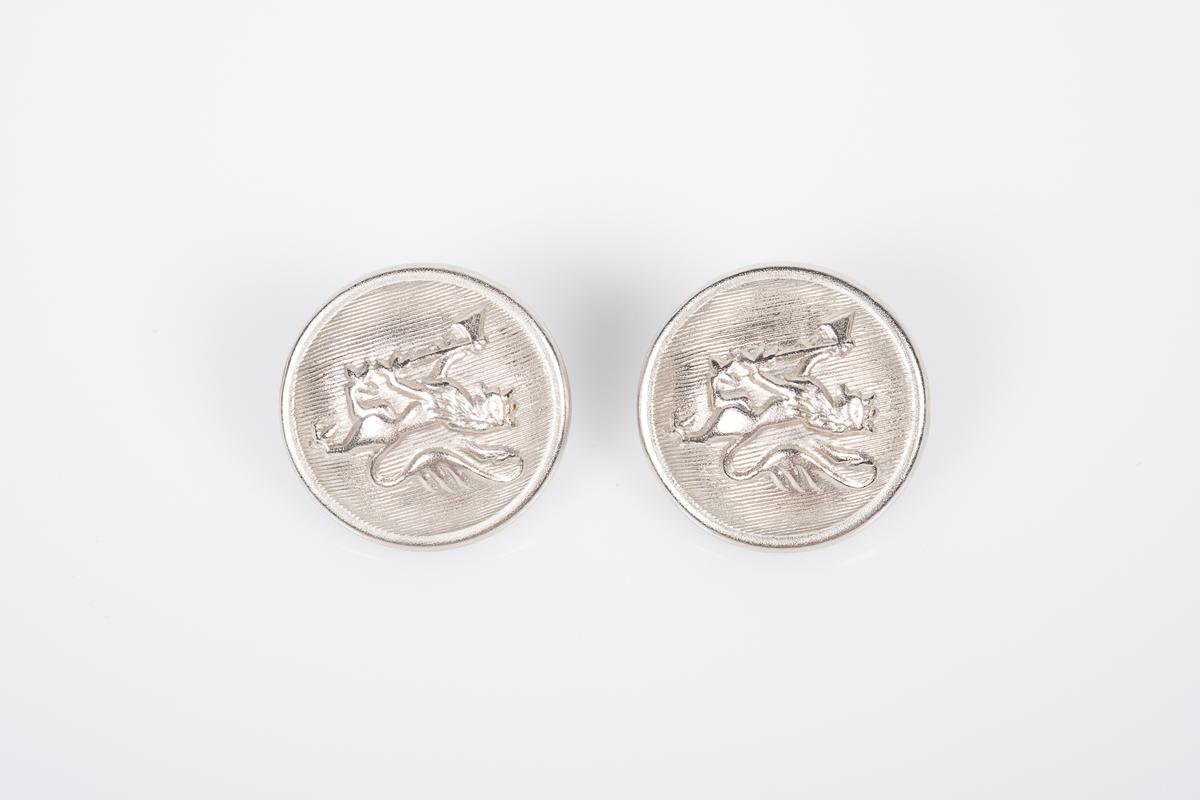 To metallknapper med bilde av den norske riksløven på. Ekstraknapper til gardeuniform.